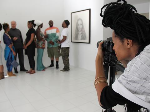 La artista Kenturah Davis toma fotos de gente que luego elige para hacer sus dibujos. Foto: Cortesía de Papillion Art.