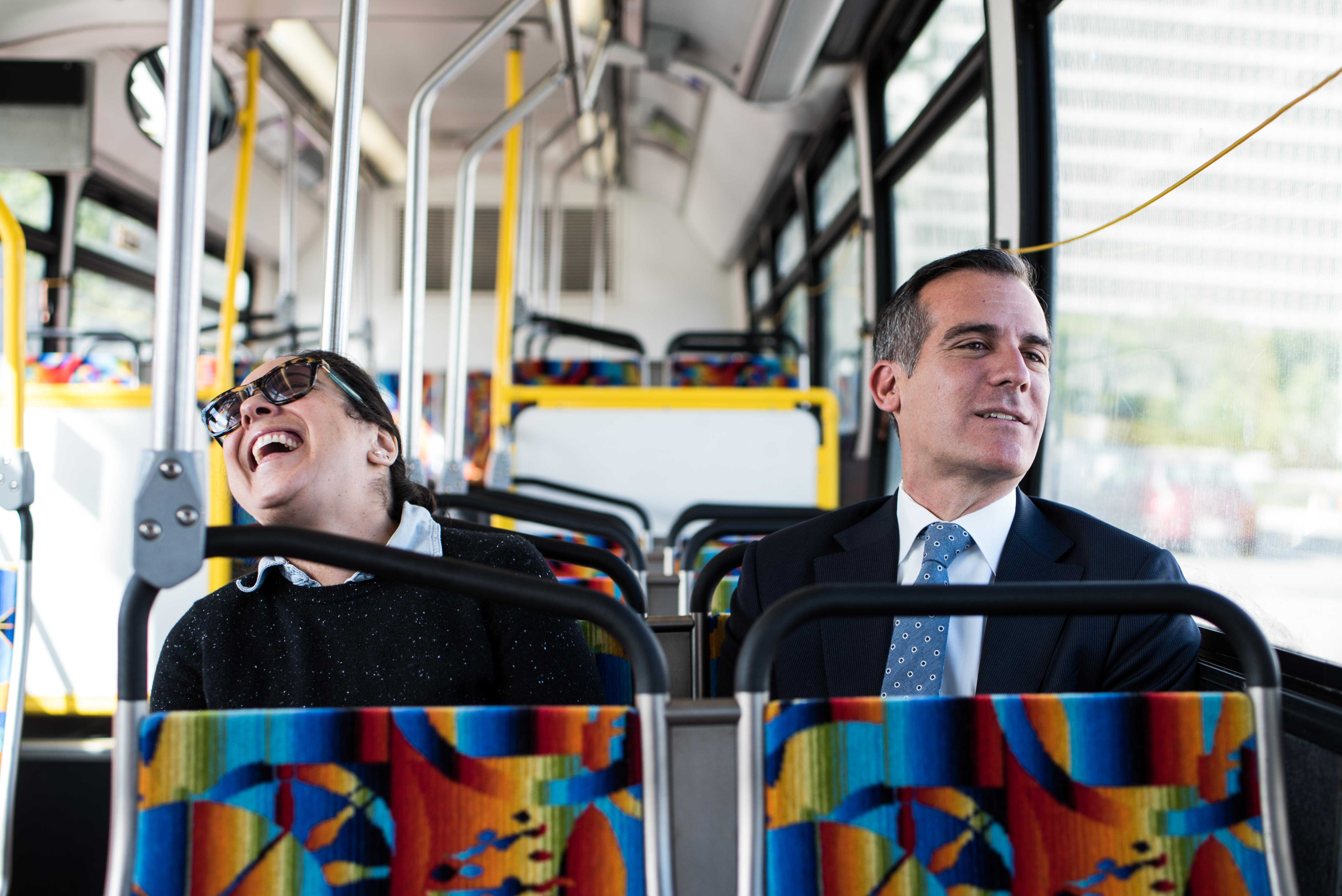 El alcalde Eric Garcetti viaja con una pasajera en un autobús de Metro.