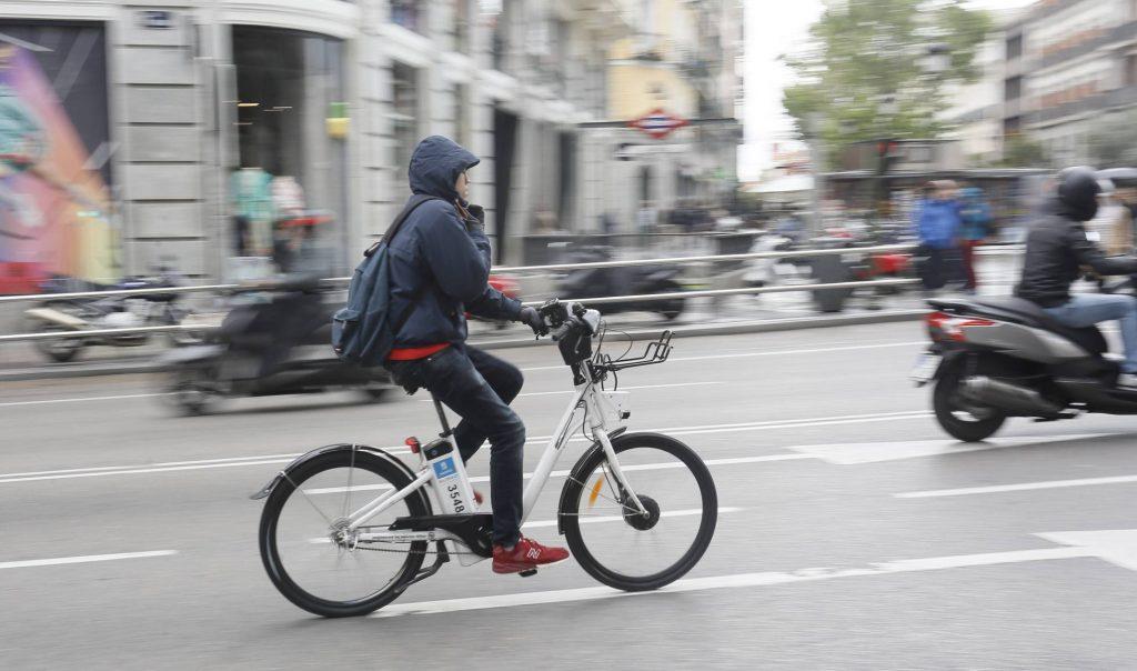 Una manera de combatir el cambio climático es usar la bicicleta en lugar del auto.