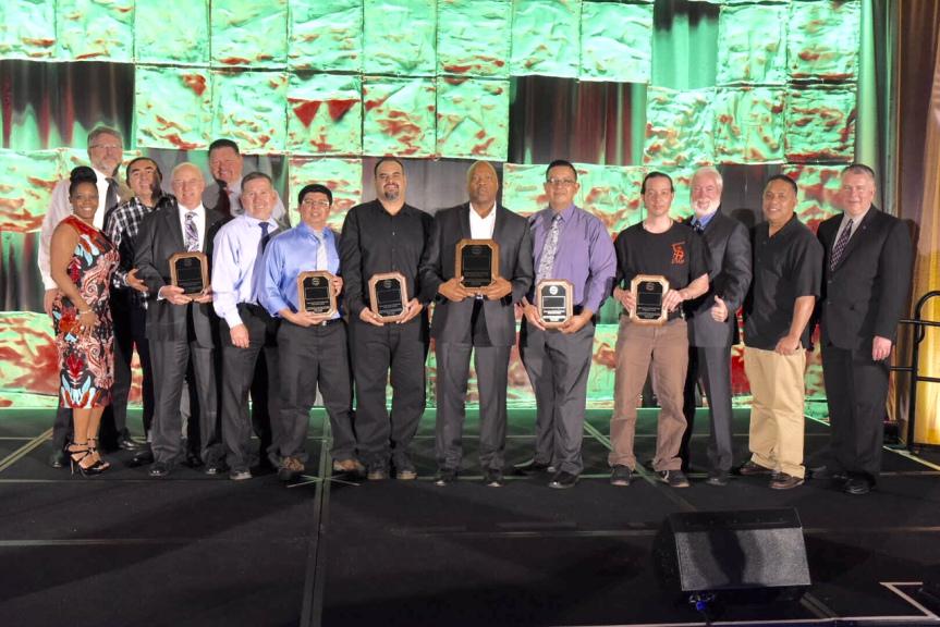 Los equipos ganadores con el director general ejecutivo de Metro, Phil A. Washington. Foto: