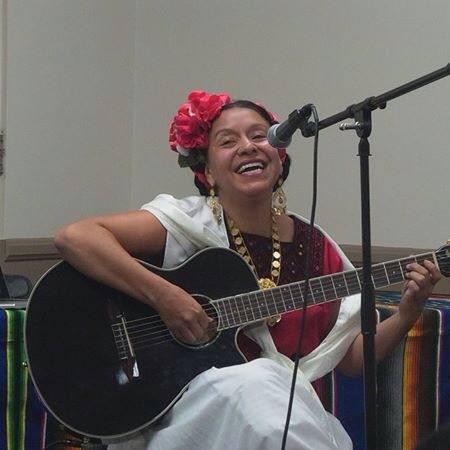 La profesora y artista Gloria Arjona.