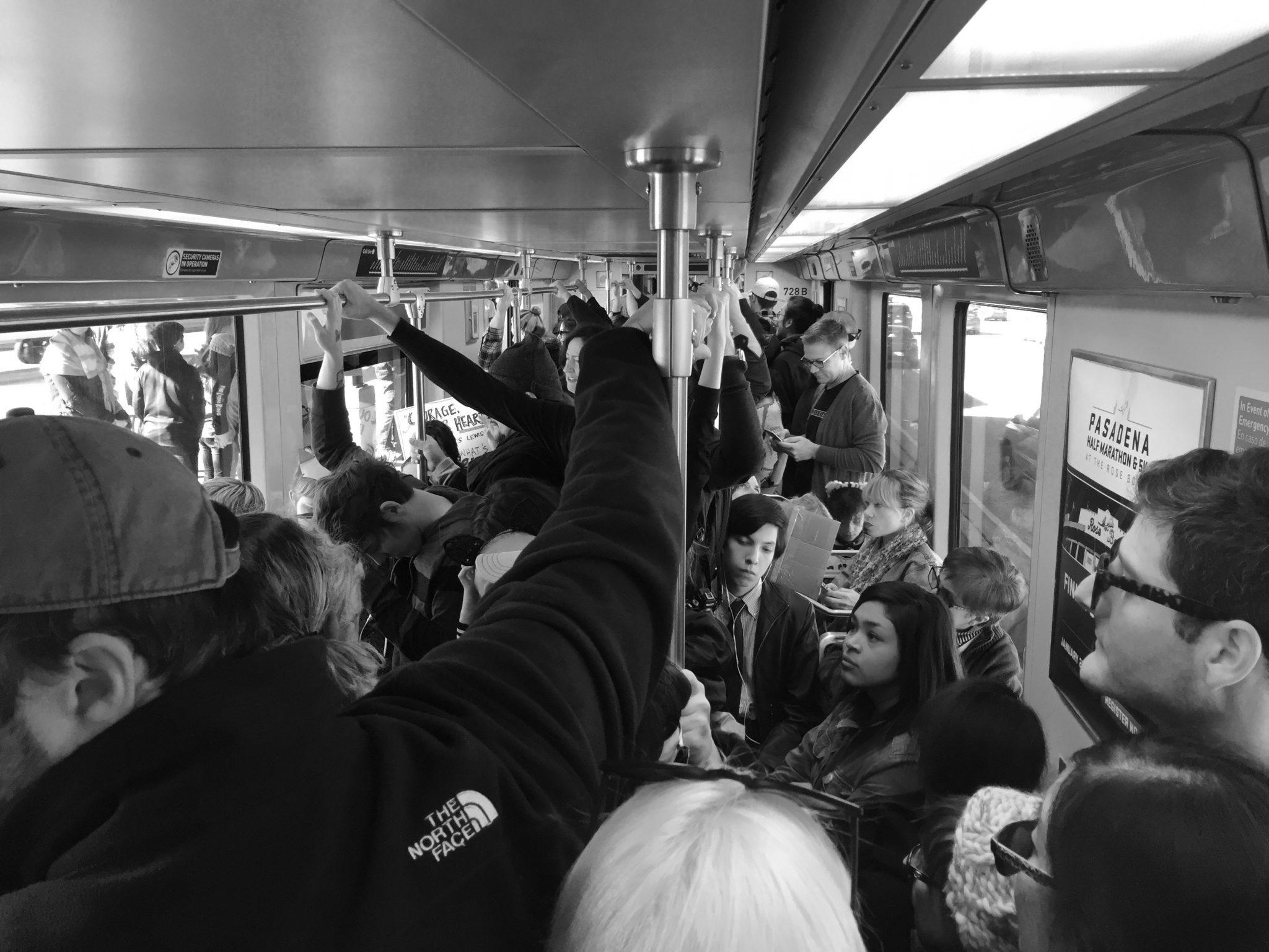Pasajeros en la Línea Dorada el sábado pasado. Foto: Steve/Hymon.
