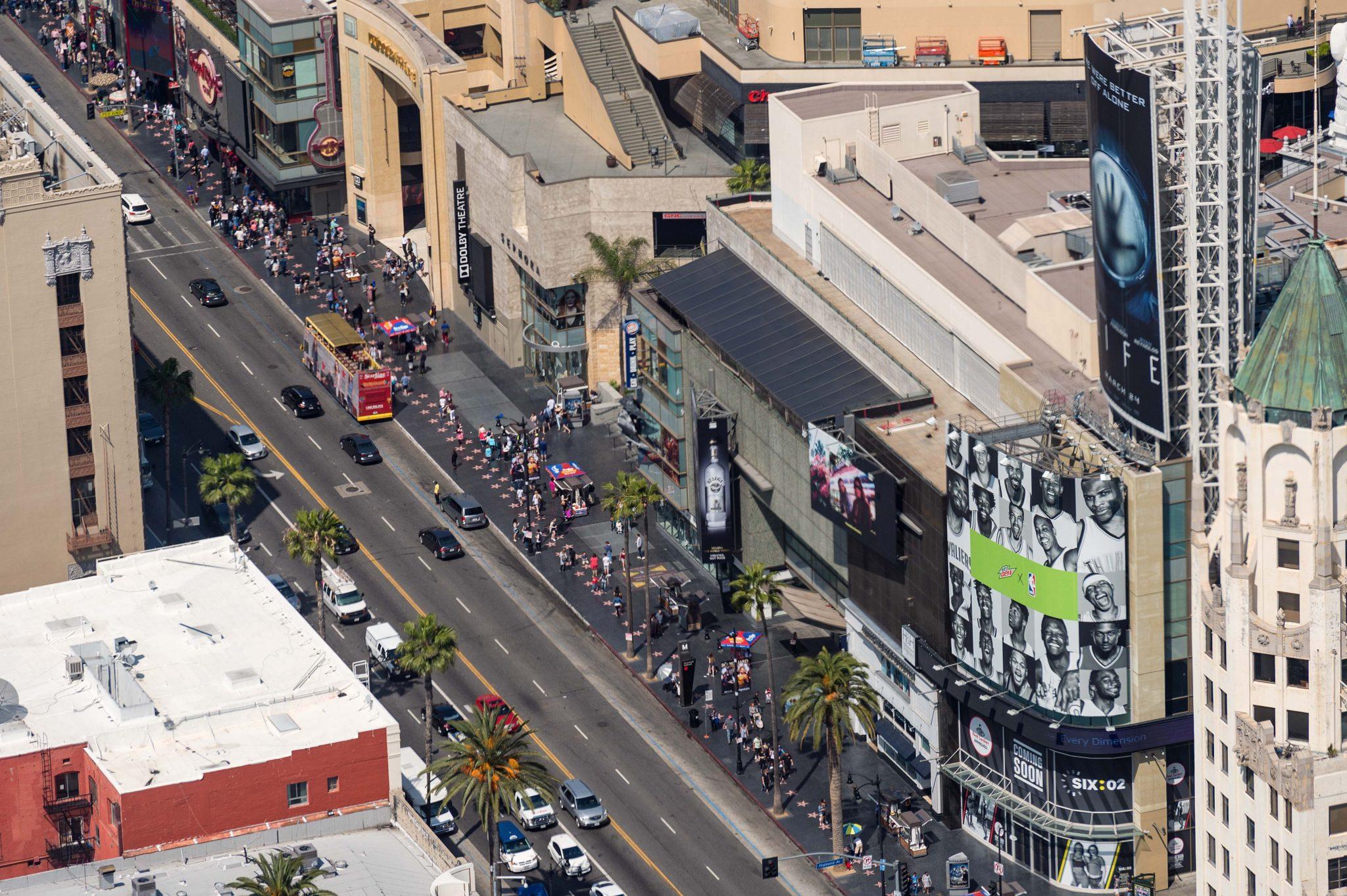 Entrada a la estación Hollywood/Highland y el Paseo de la Fama en Hollywood.