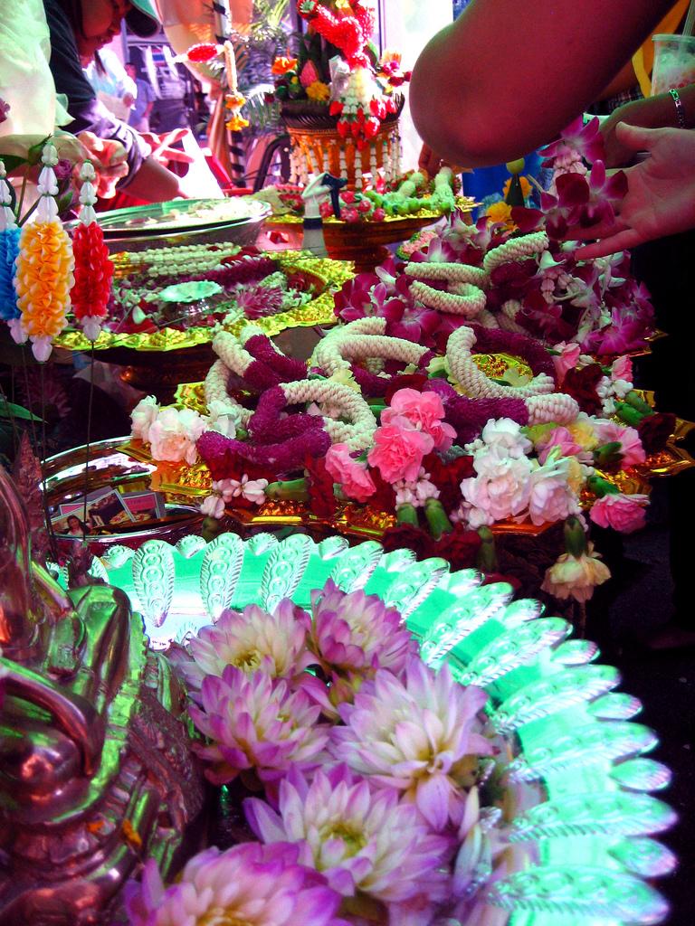Booth selling Thai garlands. Photo by kara brugman via Flickr.
