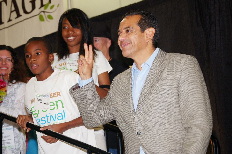 Mayor Villaraigosa with some student volunteers at last year's Green Festival in Los Angeles.
