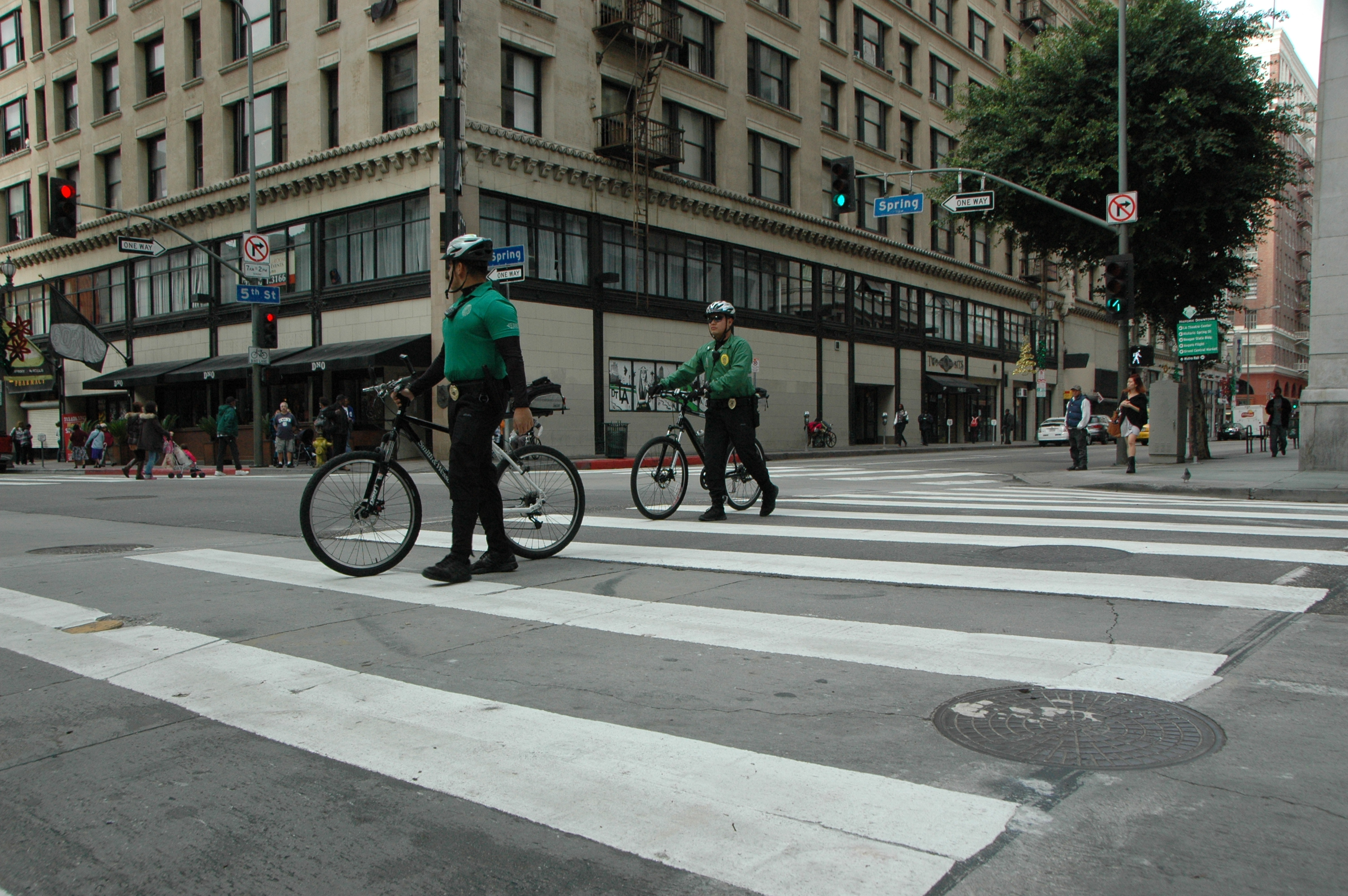 DTLA Bike Patrol officers demonstrate how to properly cross a crosswalk with a bike. Photo by Jose Ubaldo/Metro