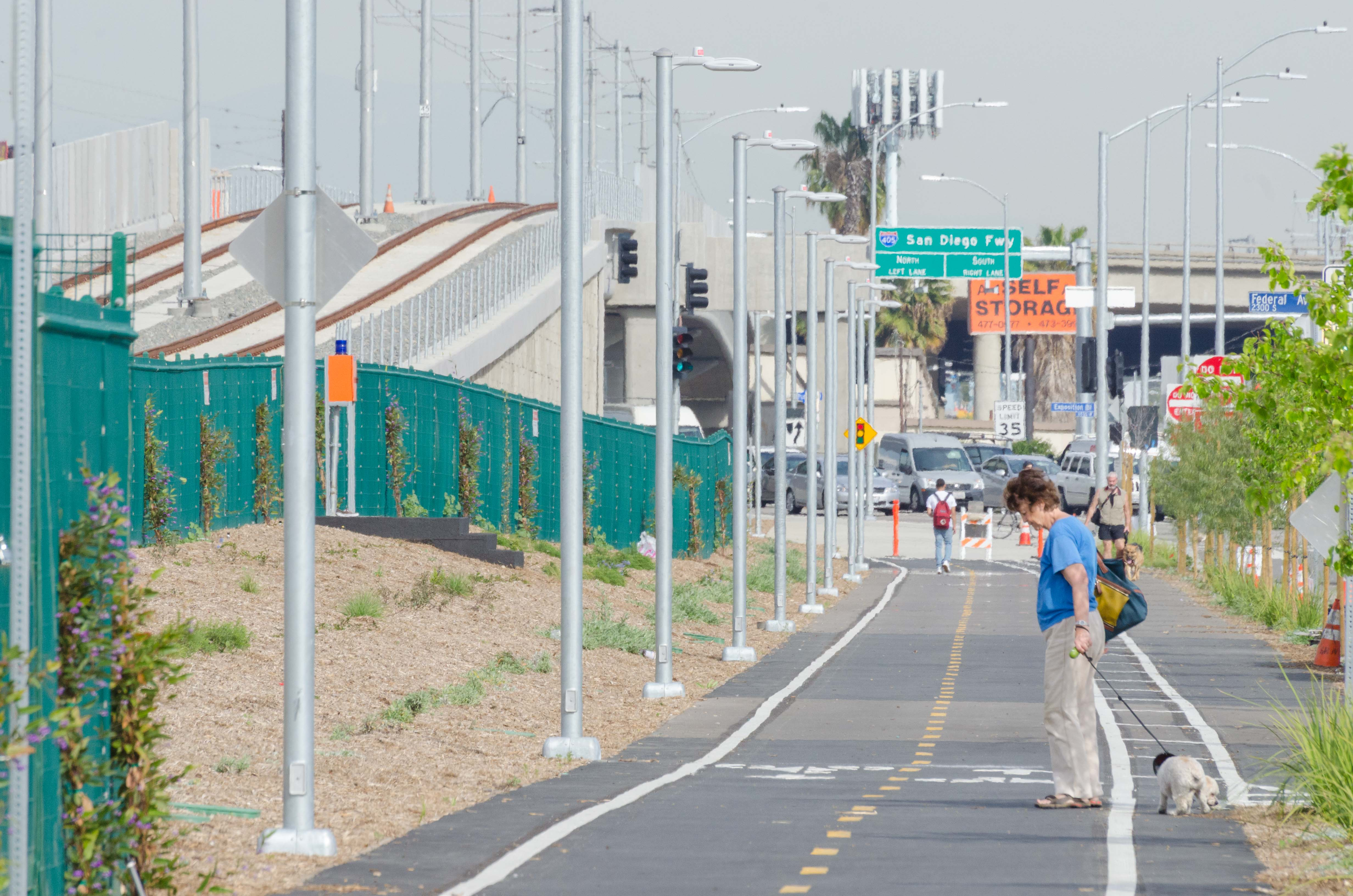The new walk/bike path along the second phase of the Expo Line in West Los Angeles. Photo by Steve Hymon/Metro.
