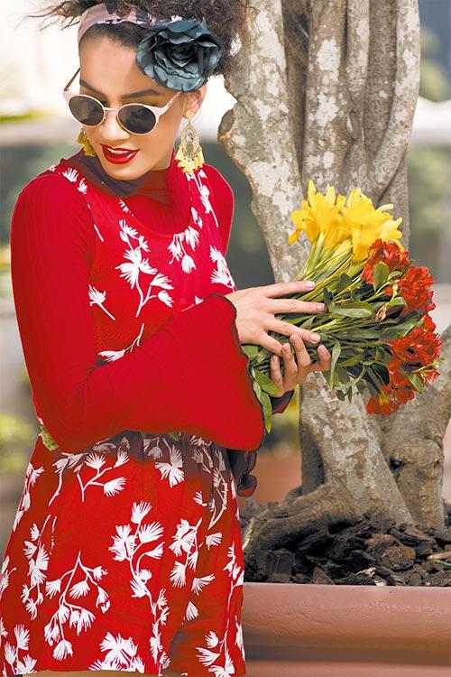 Blusa mangas de tulipán y jumper. MNG Pendientes. Phax Flor para el cabello y gafas de sol. Forever 21