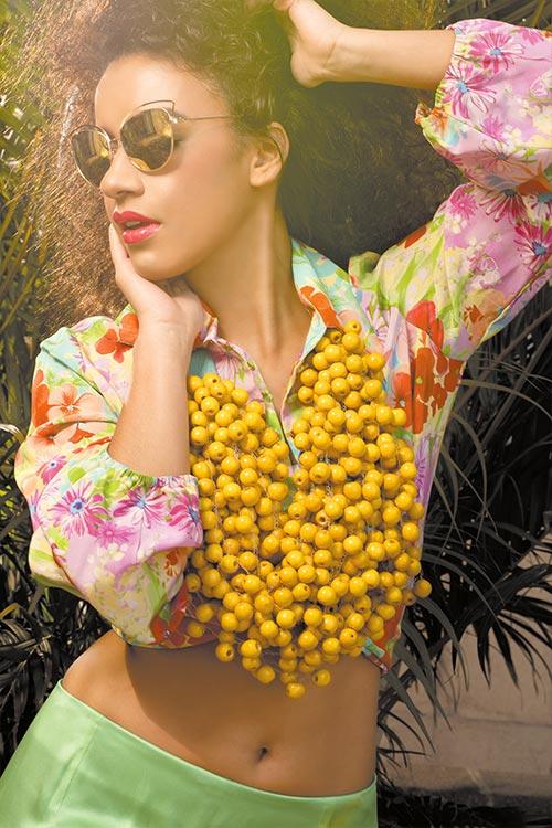 Blusa y falda. Maxi collar de madera. Morpho Mauricio Samayoa Gafas de sol. Forever 21