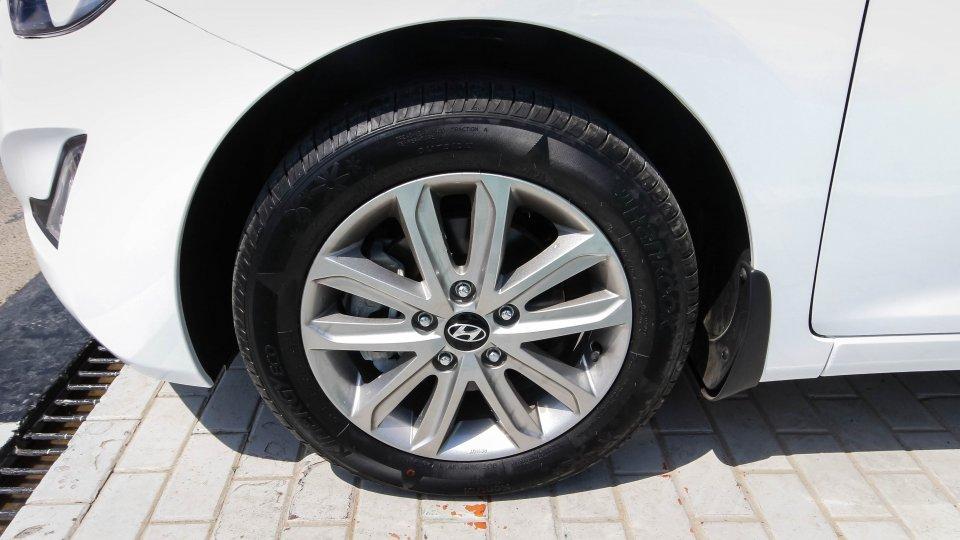 2014 hyundai elantra sedan for sale in al aweer motoraty for Hyundai motor finance customer service phone