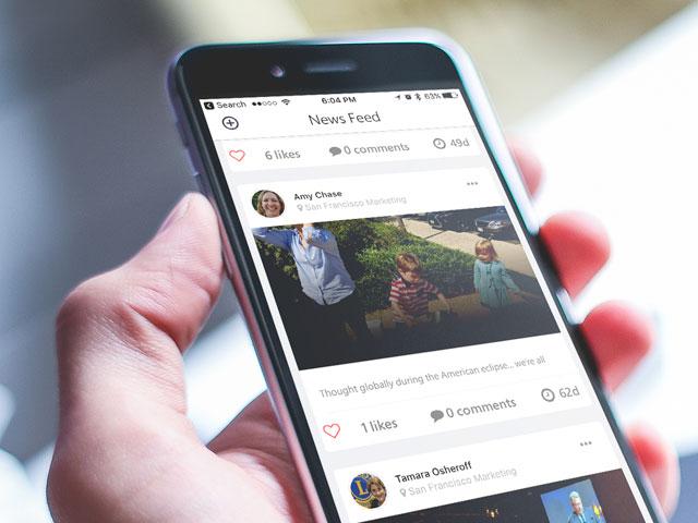 MyLion न्यूज़ फीड स्क्रीन प्रदर्शित करता हुआ फोन