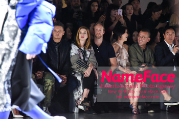 Anne Hathaway - Bosideng Fashion Runway Show NYFW 2018 Anne Hathaway and Adam Shulman - NameFace Photo Agency New York City - hello@nameface.com - nameface.com - Photo by Daniela Kirsch