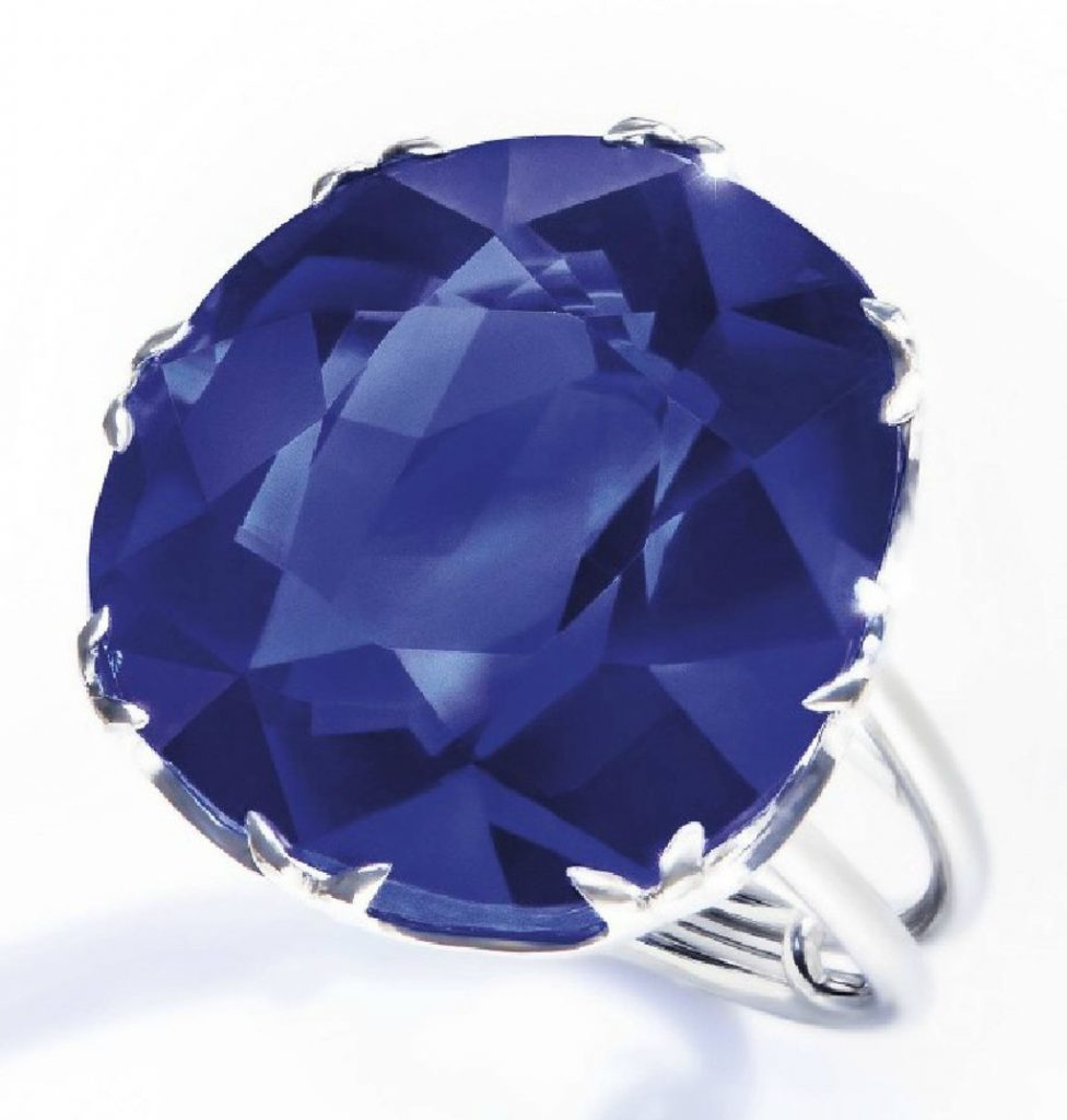 Lot 199 - A SAPPHIRE RING