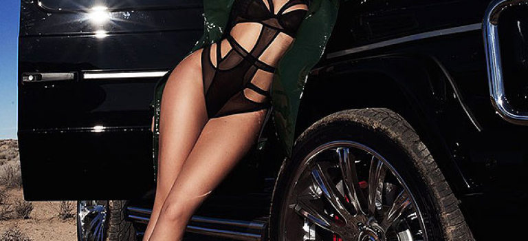 Kylie性感睡衣+皮草靴子跑沙漠!有何不可?!