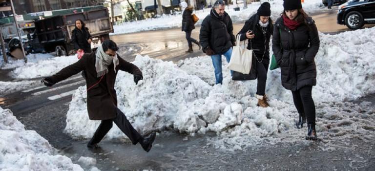 紐約客必備技能11招!教你暴雪後如何應對惱人雪堆和水坑,下面不再濕!