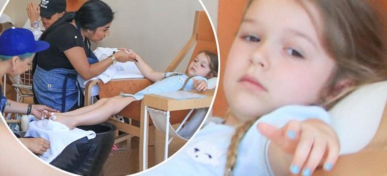 4歲貝小七美甲受兩人專門服侍,還一臉無聊樣?