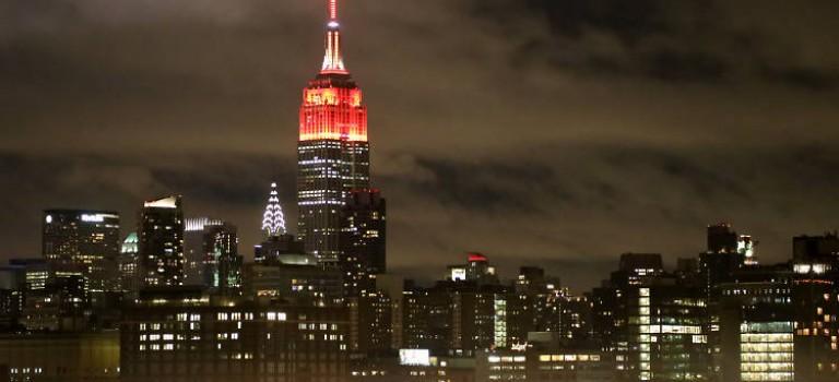 為了喚起大家對艾滋病的重視,紐約變成了紅色的海洋