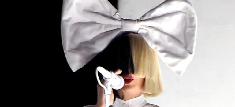 蒙面歌姬Sia真面目露出!原來是個氣質文青。。。
