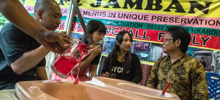"""馬桶餐廳太遜了!印度尼西亞""""馬桶火鍋""""不可錯過"""