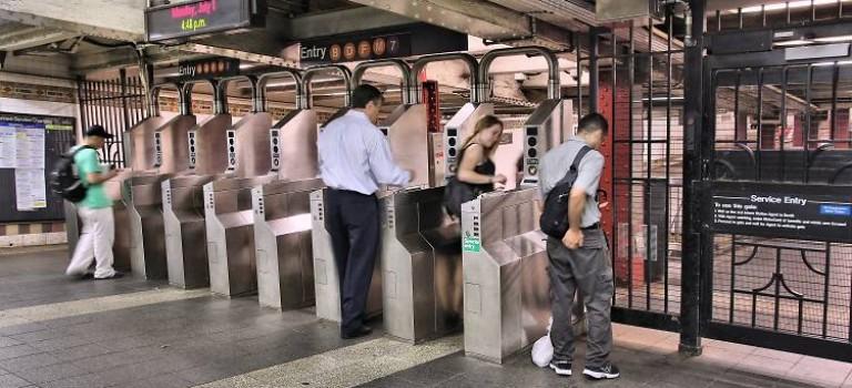 紐約地鐵票明年將再度漲價!紐約客:要被榨乾了!