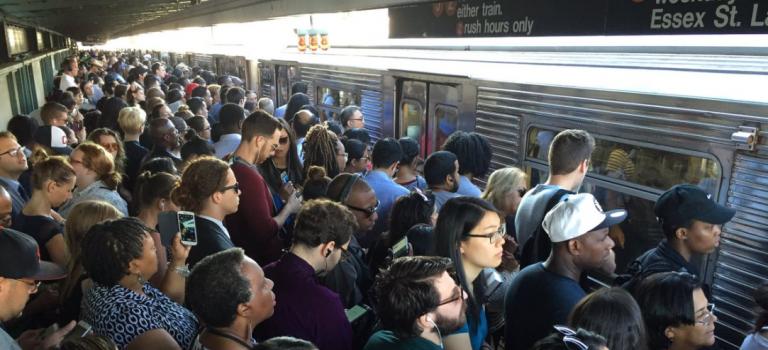 紐約地鐵司機高峰時期遇襲,乘客被困列車一小時!