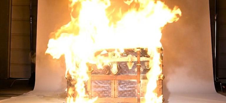 【視頻】瘋狂攝影師放火燒LV箱包,$15000美元付之一炬!