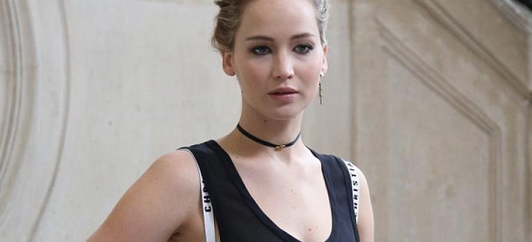 Jennifer Lawrence露肩帶看秀,精緻妝容超時尚!