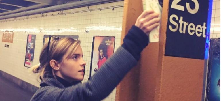 Emma Watson公主現身紐約地鐵:拿到她藏的書就爽了!