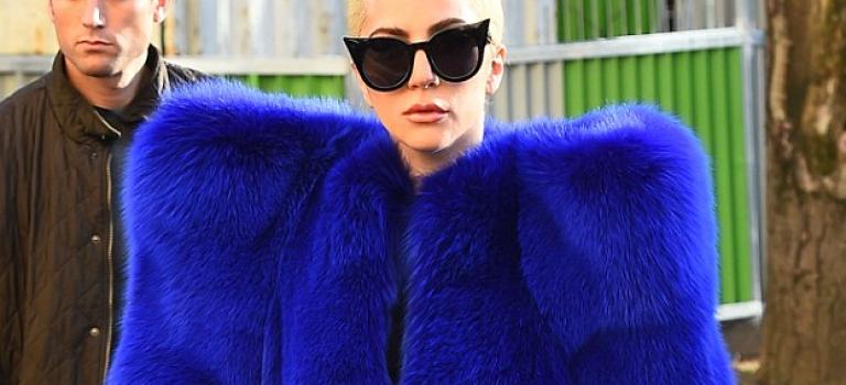 這件大衣真的只有她撐的起來~Lady Gaga就是這麼狂!