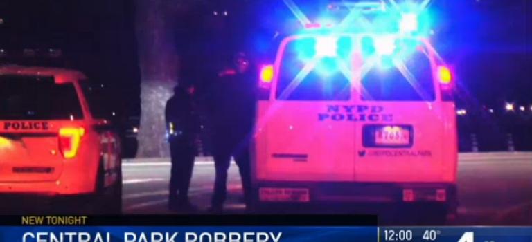 「視頻」夜晚的中央公園真的很危險,一男子週日晚間遭團體搶劫
