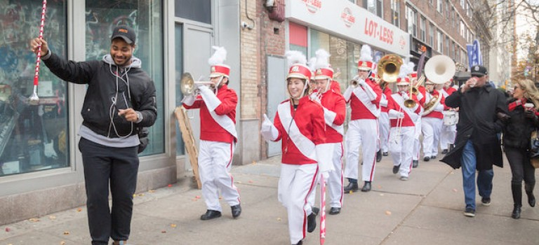 紐約街頭,每位行人都變成了遊行領隊:歡樂影片,溫暖你的冬天~