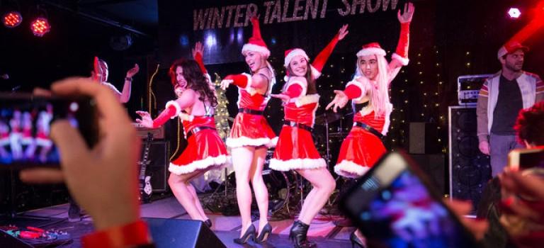 紐約酒吧推出回憶殺:《Mean Girls》經典橋段現場再現,聖誕氣氛濃爆表~