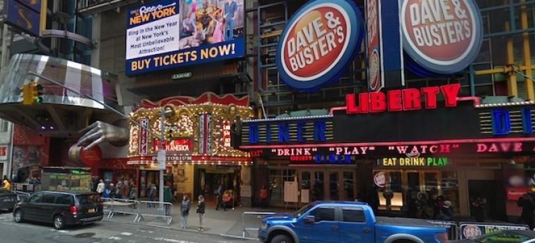 週末紐約鬧市區發生2起兇案:2人受傷1人死亡,3名嫌犯在逃