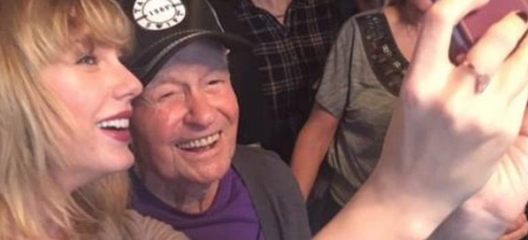 """96歲老兵自稱""""最老粉絲"""",Taylor Swift悄悄拜訪獻上最棒的聖誕禮物"""