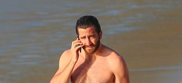 性感男星Jake Gyllenhaal與女伴海邊度假,小肚肚是怎麼回事?
