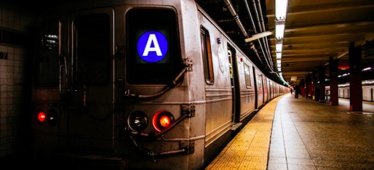 紐約地鐵驚傳亮槍事件,嫌犯在逃當中!
