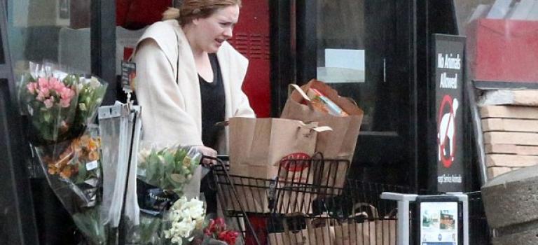 超級持家媽媽Adele雨中素顏大採購,你見過這樣的巨星?