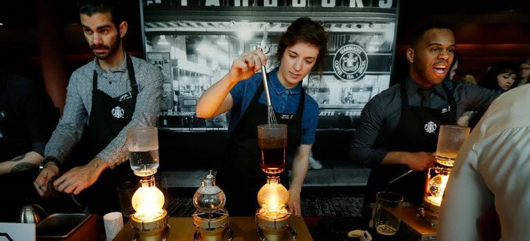 原來星巴克的圍裙是身份的象征!遇到黑色圍裙的咖啡師,你可有福咯~~