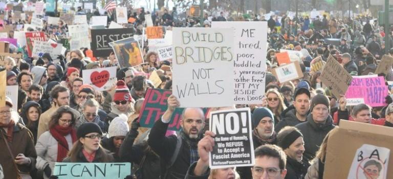 美國多地爆發大規模遊行,抗議川普穆斯林禁令!