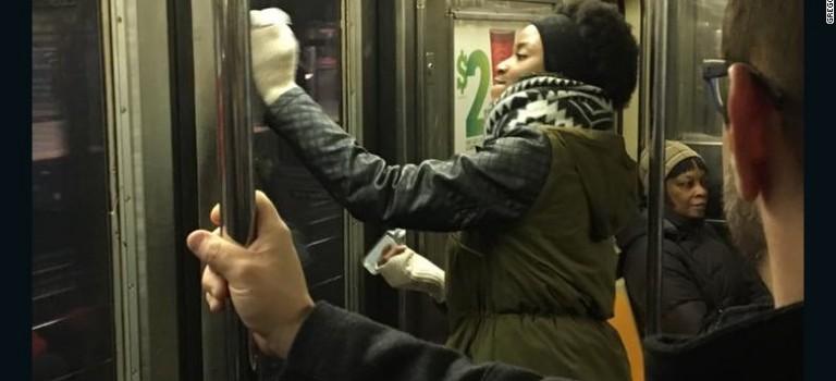 暖心!紐約地鐵現反猶太反穆斯林塗鴉,乘客自發合力清除