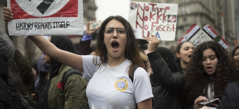 上千紐約學生雨中遊行,抗議川普禁令