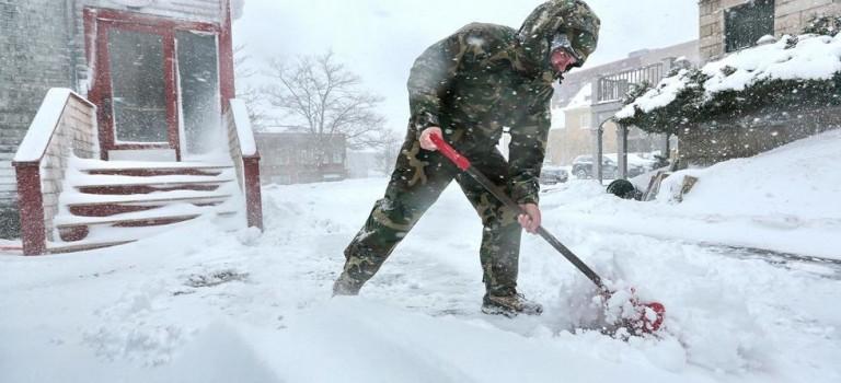 最強暴風雪Niko正面襲擊,學校停課、公交延誤、2000+班機取消