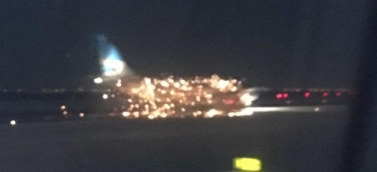 【暴雪之後】JFK機場飛機起火,機身被火光包圍超驚險!