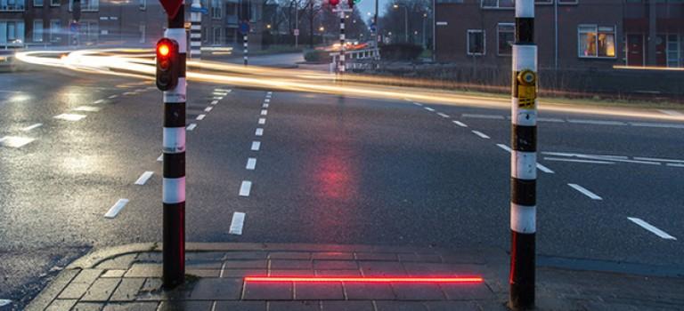 低頭族意外頻生!荷蘭首推「地上紅綠燈」遭市民爭議