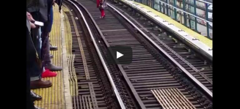 太瘋狂了!紐約女子漫步地鐵鐵軌,竟無人阻攔?