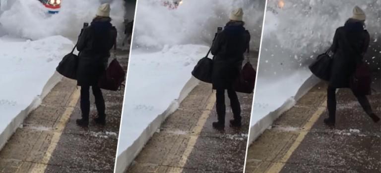 【影片】驚呆了!大雪過後當火車駛進站內,竟然跟雪崩一樣!