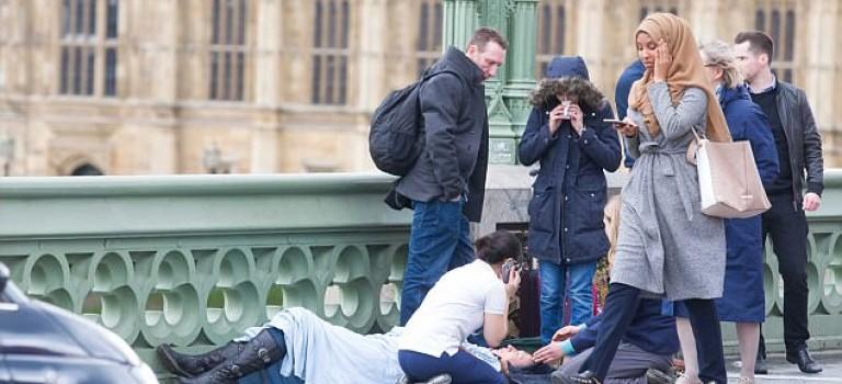 【英國恐怖襲擊】一張穆斯林女性照片引發網路口水戰:誰才是惡魔?