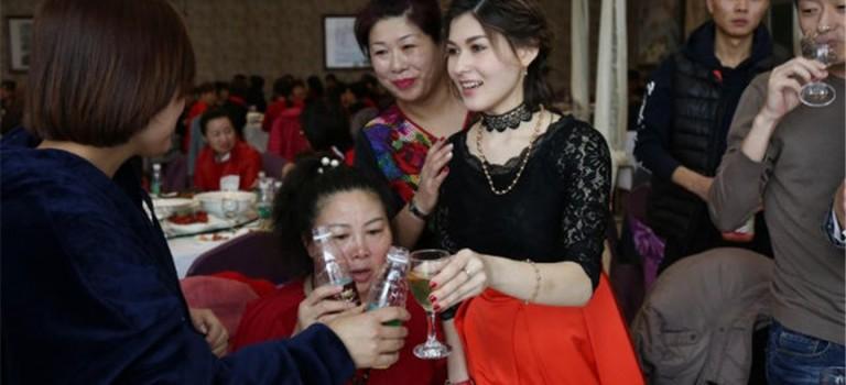 【我再一次相信爱情了!】他是28岁中国矿工,没钱没房没车,却娶了俄罗斯正妹老婆!她说:最困难也很幸福!