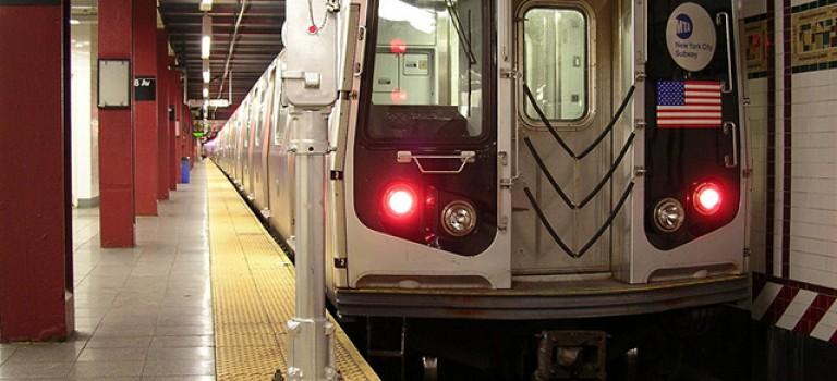 男子剪開睡著乘客口袋偷竊財物,以後坐地鐵要注意啦!