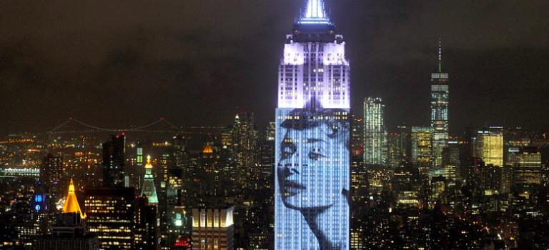 只有紐約可以這樣搞玩時尚!昨晚帝國大廈的一場時尚燈光秀~震撼全球!